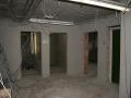 Flur im Keller mit Blick auf die Eingänge von Toiletten und der Atemschutzgerätewerkstatt